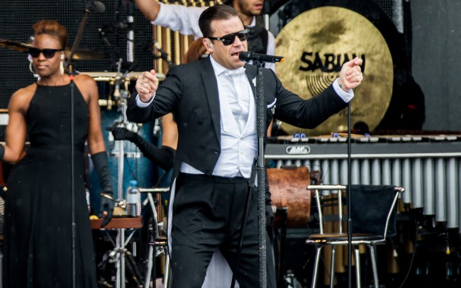 Robbie Williams live in Ischgl ... wearing the gloryfy Gi2 DeJaVu Buster on stage. Pic: Jan Hetfleisch