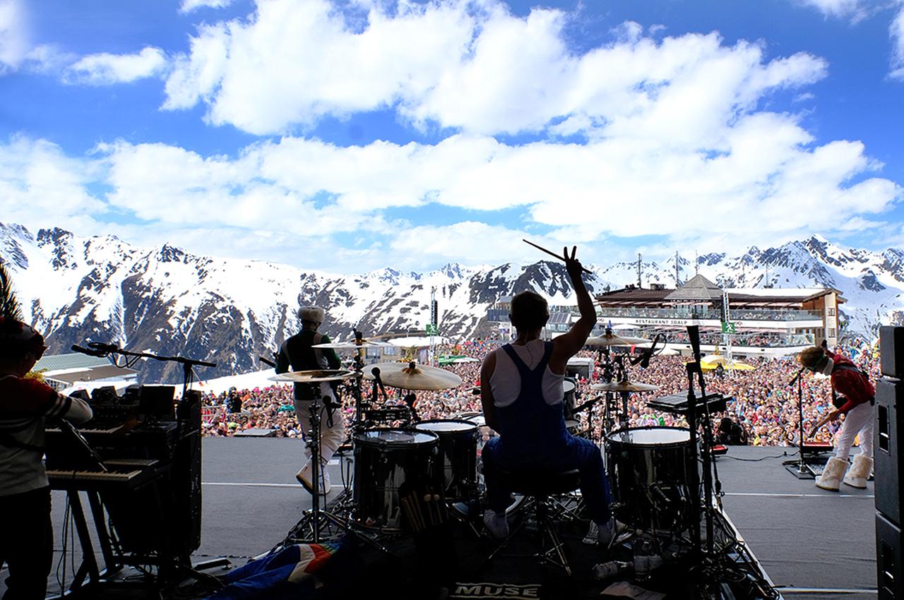 14.000 Wintersportler kamen nach Ischgl, um mit den Grammy-Gewinnern das Ende der Wintersaison zu feiern. Jürgen Kurz (li.) und Hannes Parth (re.) von der Silvrettaseilbahn AG begrüßten MUSE offiziell im Skigebiet von Ischgl.